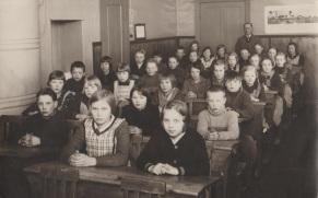 Tarinapöytä_ikäihmiset_vanha_koulukuva_muistelu