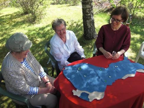 Suomi-aiheinen Tarinapöytä-tuokio puutarhassa